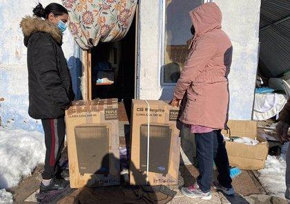 Fundación Madrina reparte bombonas de gas, miles de mantas, estufas, pañales y 2.000 comidas en la Cañada Real (Madrid)