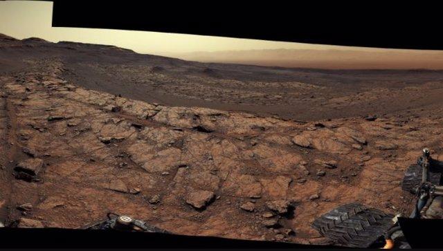 Panorámica del rover Curiosity en la ladera del Monte Sharp de Marte
