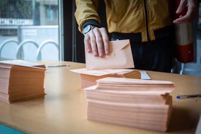 Paperetes del 10-N en un col·legi a Barcelona