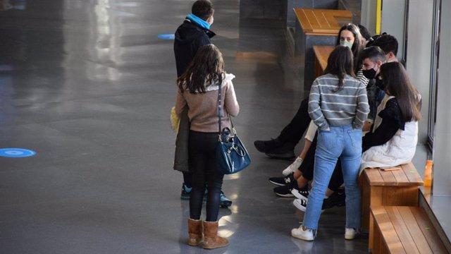Estudiantes se reúnen en un espacio común del campus universitario