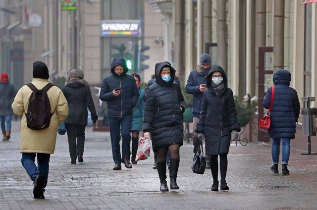 Personas con mascarilla en Minsk