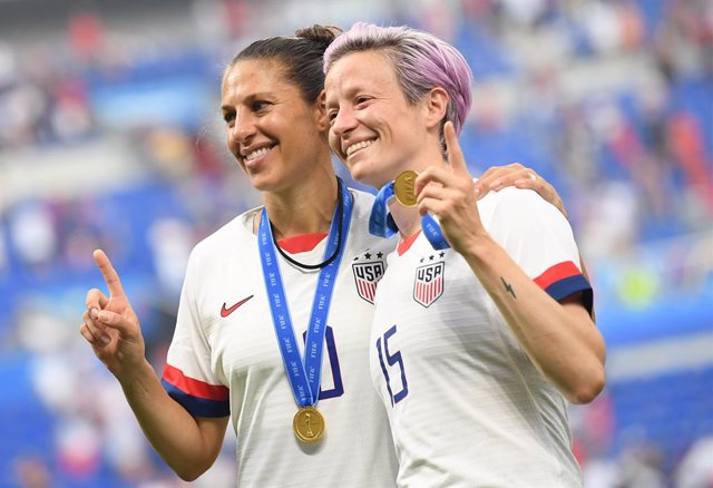 07 July 2019, France, Decines-Charpieu: USA's Megan Rapinoe (R) and Carli Lloyd celebrate during the award ceremony of the FIFA Women's World Cup soccer final match between USA and Netherlands at the Stade de Lyon. Photo: Sebastian Gollnow/dpa