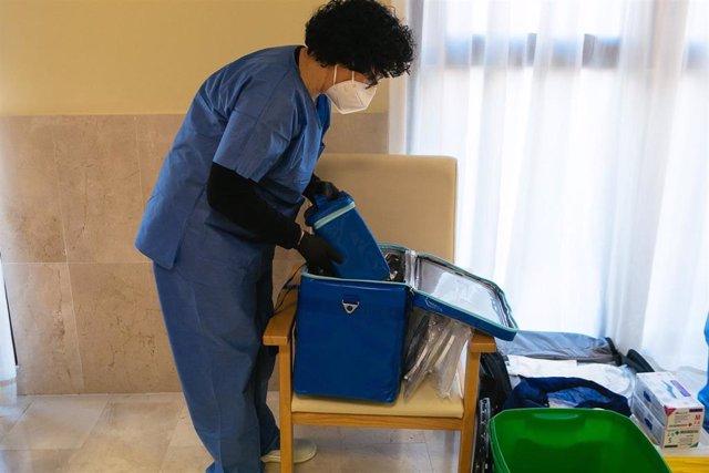 Una sanitaria manipula contenedores con las vacunas de Pfizer.