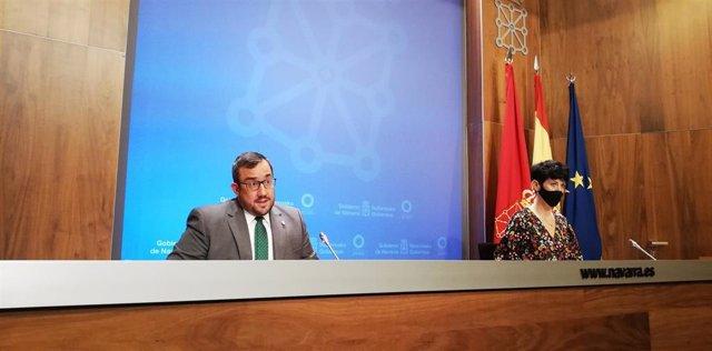 Javier Remírez, portavoz del Gobierno de Navarra, y Elma Saiz, consejera de Economía y Hacienda, en rueda de prensa.