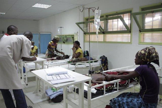 Sala de malaria grave en el hospital Mahinça, en Mozambique