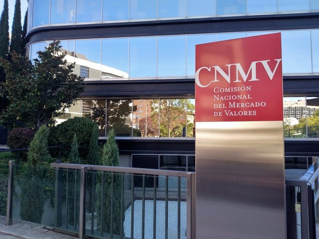 Edificio sede de la Comisión Nacional del Mercado de Valores (CNMV) en Madrid. Logo CNMV