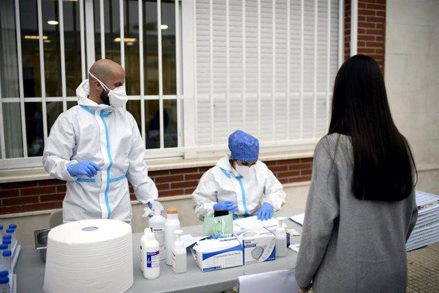 Sanitarios realizando  tests de PCR.
