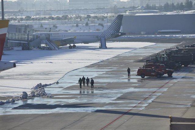 Hielo en el aeropuerto de Barajas tras la gran nevada en Madrid