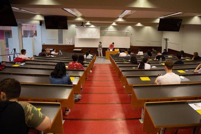 Imagen de archivo de estudiantes de bachillerato antes de comenzar los exámenes de la EBAU en el Campus Ciutadella en Barcelona
