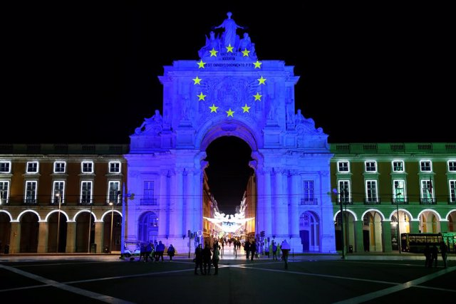 01 January 2021, Portugal, Lisbon: The Rua Augusta arch lights up in the European Union flag colours marking the beginning of Portugal's President of the European Union Council. Photo: Pedro Fiuza/ZUMA Wire/dpa