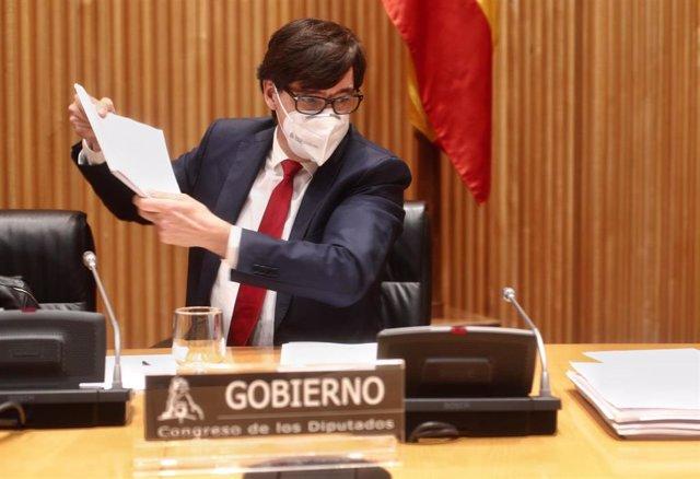 El ministro de Sanidad, Salvador Illa, se dirige a comparecer en la Comisión de Sanidad y Consumo del Congreso de los Diputados, a 10 de diciembre de 2020.