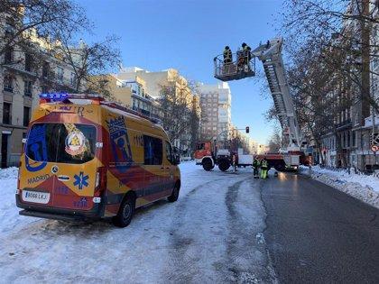 Una gran masa de nieve se precipita a un patio interior de dos edificios de Madrid sin causar heridos