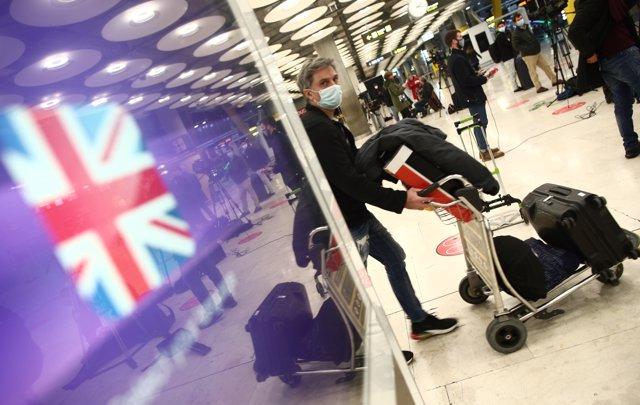 Viajeros en la zona de llegadas de la terminal T4 del Aeropuerto Adolfo Suárez Madrid-Barajas, un día antes de la suspensión de los vuelos procedentes de Reino Unido.