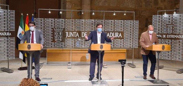 El vicepresidente segundo y consejero de Sanidad, José María Vergeles; el presidente de la Junta, Guillermo Fernández Vara, y el consejero de Economía, Rafael España, en rueda de prensa
