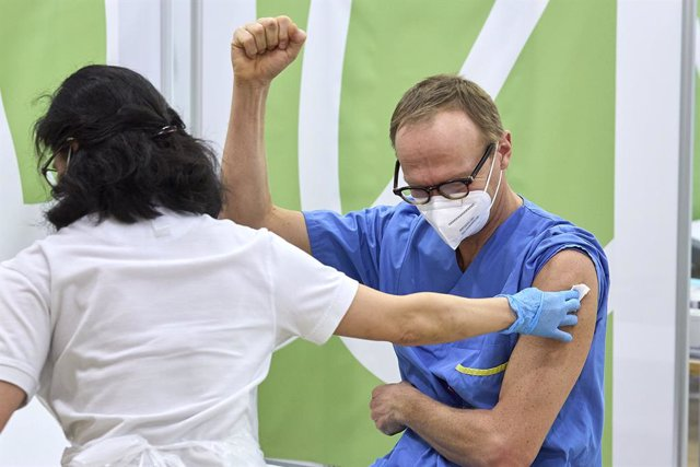 27 December 2020, Austria, Vienna: A nurse administers a dose of the Biontech/Pfizer COVID-19 vaccine to a health care worker the Kaiser Franz Josef Hospital. Photo: Georges Schneider/APA/dpa