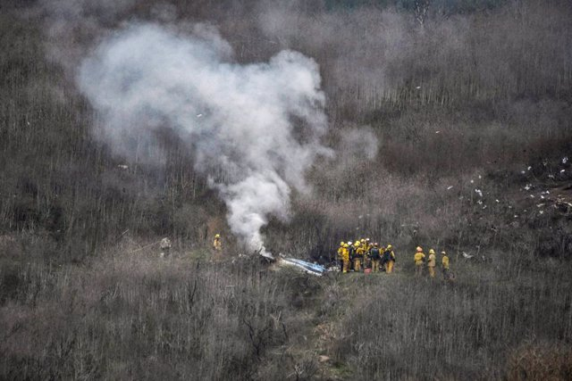 26 January 2020, US, Calabasas: Los Angeles County firefighters  work at the site of a helicopter crash in Calabasas. NBA star Kobe Bryant has reportedly died in a helicopter crash that killed all five people aboard. Photo: Gene Blevins/ZUMA Wire/dpa