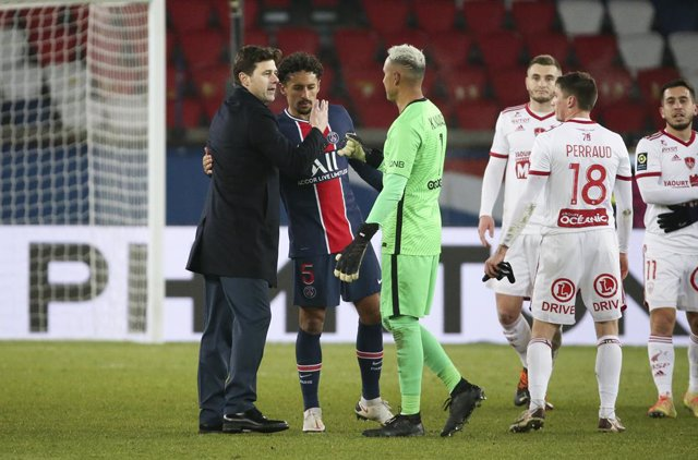 Coach of PSG Mauricio Pochettino salutes Marquinhos, goalkeeper of PSG Keylor Navas following the French championship Ligue 1 football match between Paris Saint-Germain (PSG) and Stade Brestois 29 on January 9, 2021 at Parc des Princes stadium in Paris, F