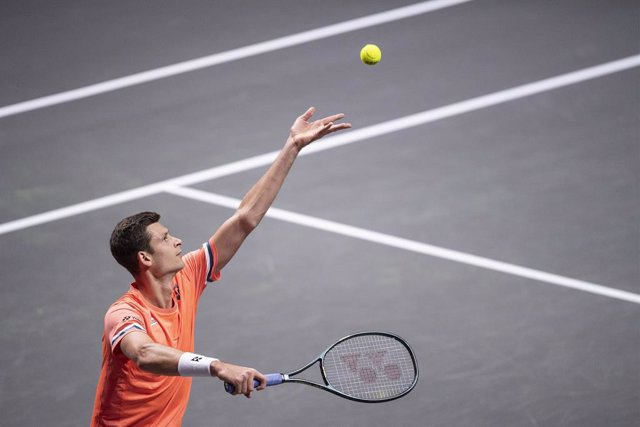16 October 2020, Cologne: Polish tennis player Hubert Hurkacz in action against Spanish Roberto Bautista Agut during their men's singles quarter final tennis match at the 2020 Bett1Hulks Indoors of the ATP tournament. Photo: Marius Becker/dpa