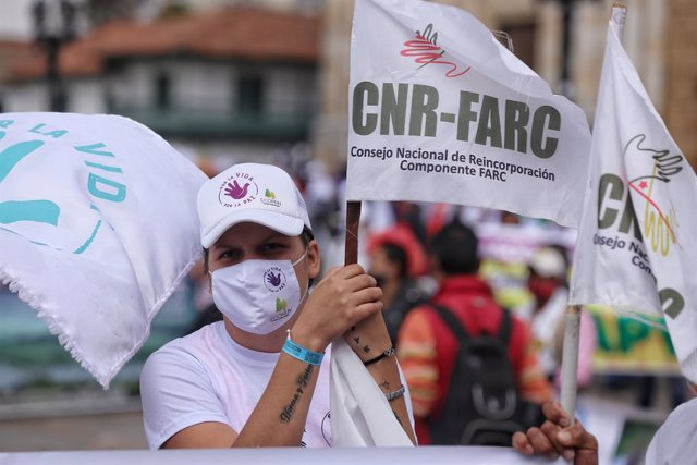 03 November 2020, Colombia, Bogota: A person takes part in a protest by former members of the Revolutionary Armed Forces of Colombia-People's Army (FARC). The ex-guerrilla fighters are demanding better protection and a meeting with President Ivan Duque. P