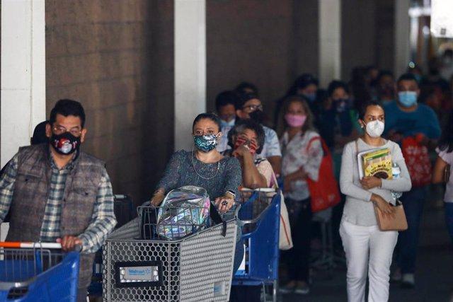 Un grupo de personas guarda su turno para poder acceder a un establecimiento en Buenavista, en Ciudad de México.