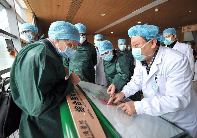 Expertos del grupo de investigación de coronavirus de la OMS realizan un trabajo de campo en un hospital de Wuhan