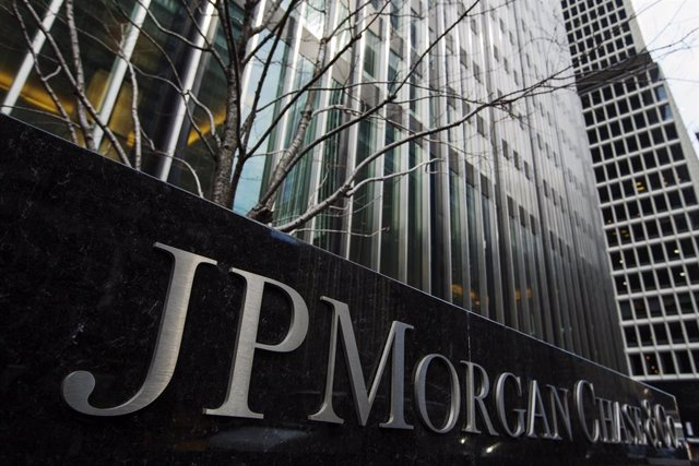 Un signo de JPMorgan Chase & Co bank en su sede en Nueva York, 15 de marzo, 2013. REUTERS/Lucas Jackson. JP Morgan Chase & Co está abandonando las operaciones de materias primas físicas, dijo el viernes el banco en un sorpresivo comunicado, debido a que e