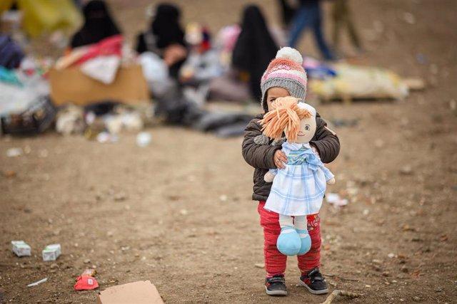 Una niña refugiada de Siria en un paso fronterizo entre Turquía y Grecia