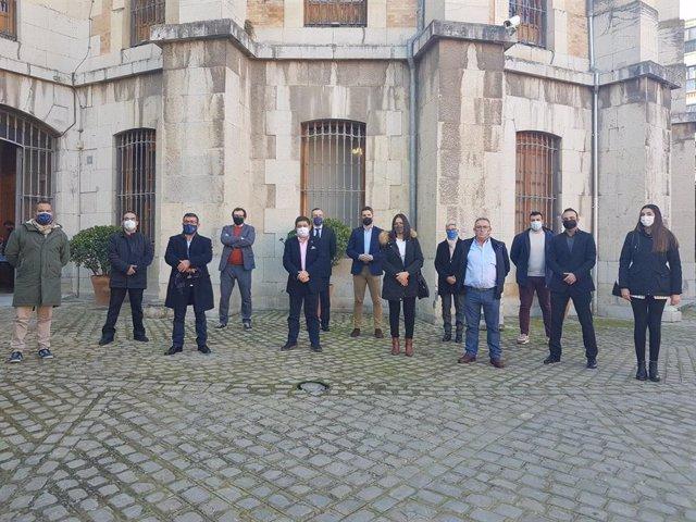Reyes, junto a responsables de empresas que han reorientado su actividad frente a la covid-19.