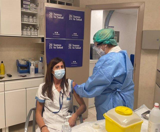 Sonia Ortiz, enfermera de Urgencia en el Hospital Universitario HM Montepríncipe, se ha convertido en la primera profesional sanitaria de HM Hospitales en Madrid en recibir la primera dosis de la vacuna.