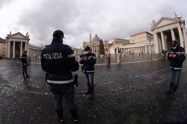 "25 December 2020, Vatican, Vatican City: Police officers stand at the empty St. Peter's Square as Pope Francis delivers his Christmas message and gives the papal blessing ""Urbi et Orbi"" from the Hall of the Apostolic Palace. Photo: Evandro Inetti/ZUMA Wir"