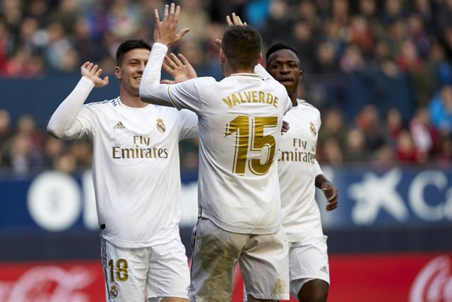 09 February 2020, Spain, Pamplona: Real Madrid's Luka Jovic (L) celebrates scoring his side's fourth goal with his teammamtes Federico Santiago Valverde (C) during the Spanish Primera Division soccer match between CA Osasuna and Real Madrid CF at El Sadar