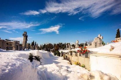 Se retoman los entierros, paralizados por la nevada, y las funerarias recurren a vehículos 4x4
