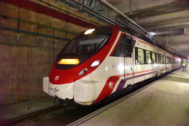 Un tren circula per l'estructura de la propera estació de La Sagrera. Barcelona (España), 8 de desembre del 2020.