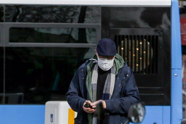 Un hombre lleva mascarilla para protegerse del coronavirus en una calle de Madrid, a 11 de marzo de 2020.