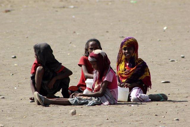 Niñas eritreas juegan en un campo de refugiados