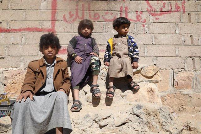 Abed, un niño yemení, y dos de sus hermanos