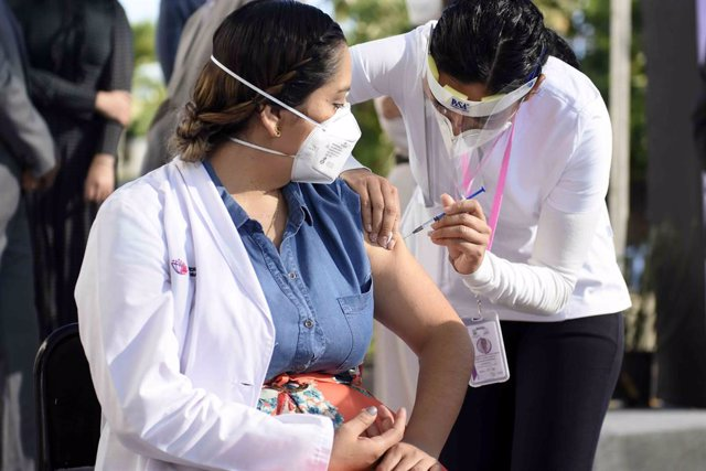 13 January 2021, Mexico, Morelos: A health worker receives an injection of a coronavirus (COVID-19) vaccine during the vaccination campaign against COVID-19 to health personnel. Photo: -/El Universal via ZUMA Wire/dpa