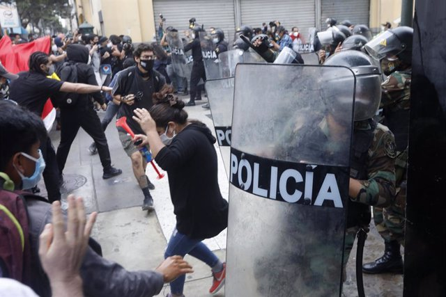 10 November 2020, Peru, Lima: Riot police officers clash with protesters following a protest against the removal of President Martin Vizcarra. Photo: Mariana Bazo/ZUMA Wire/dpa