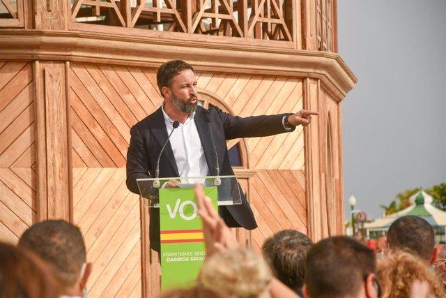 El presidente de Vox, Santiago Abascal, interviene durante una concentración en Arrecife, Lanzarote (España), a 5 de diciembre de 2020. Esta concentración se ha desarrollado bajo el título 'Frente a la invasión migratoria en Canarias' durante la tercera j