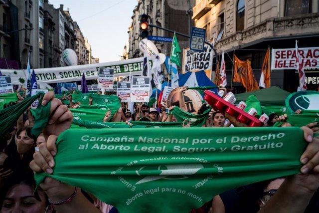 Una mujer sostiene un pañuelo verde en una movilización a favor de la legalización del aborto en Argentina mientras su aprobación se debate en el Senado del país, en Buenos Aires, Argentina, a 29 de diciembre de 2020. El Senado de Argentina ha aprobado la