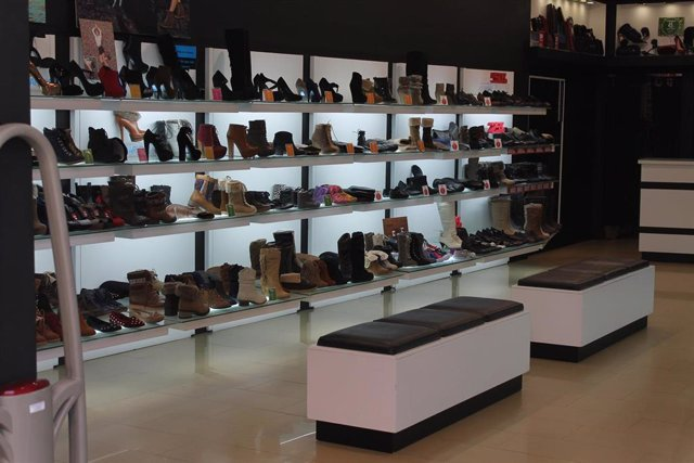 Imagen de archivo de una tienda de calzado.