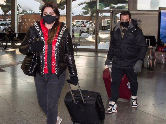 Marisa Jara, a su llegada a Madrid con su novio, Miguel