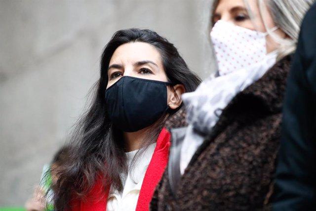 La portavoz de Vox en la Asamblea de Madrid, Rocío Monasterio, durante una concentración de Vox en defensa de la Constitución y contra el Gobierno de Pedro Sánchez, en la Plaza de la Villa, en Madrid (España), a 6 de diciembre de 2020. La formación lidera