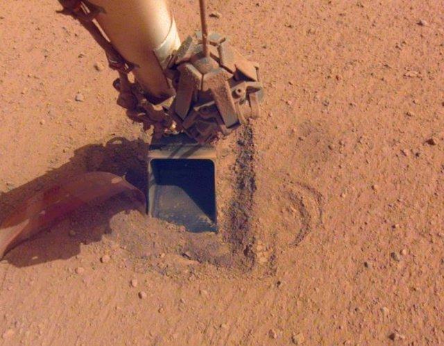 """El """"topo"""", una sonda de calor que viajó a Marte a bordo del módulo de aterrizaje InSight de la NASA, como se veía después de martillar el sábado 9 de enero de 2021"""