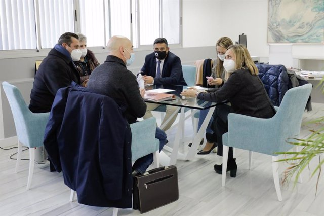 La consejera de Fomento, Infraestructuras y Ordenación del Territorio, Marifrán Carazo, en su reunión con los representantes de la Asociación para la llegada de AVE a Huelva.