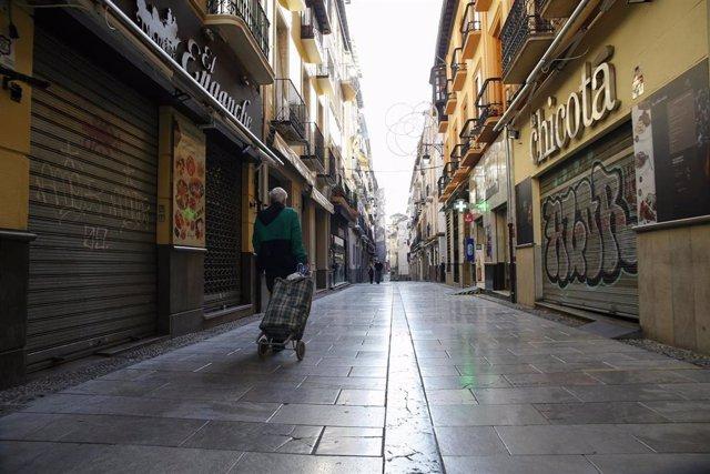 Imagen de archivo de la calle Navas de Granada, vací a y con sus comercios y bares cerrados durante noviembre de 2020.