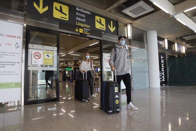 Viajeros procedentes de Alemania llegan al Aeropuerto de Palma de Mallorca.