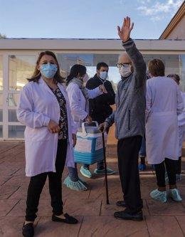El alcalde de Rafelbunyol, Fran López (al fondo) con la directora de la residencia, Josefa Martínez, y Batiste Martí  en el primer día de vacunación contra la Covid-19 en España, en la residencia de mayores Virgen del Milagro de Rafelbunyol