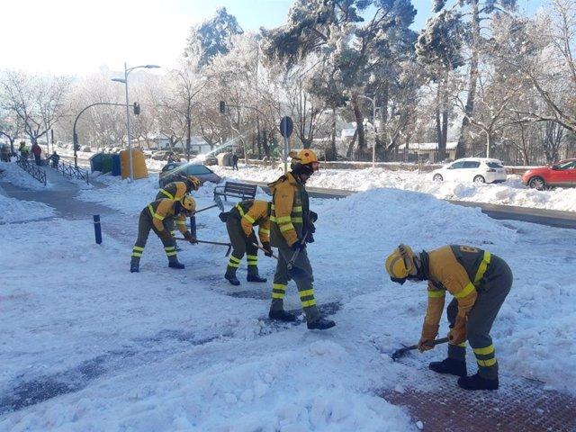 Miembros de las brigadas de refuerzo de incendios forestales (BRIF) limpiando calles en Madrid