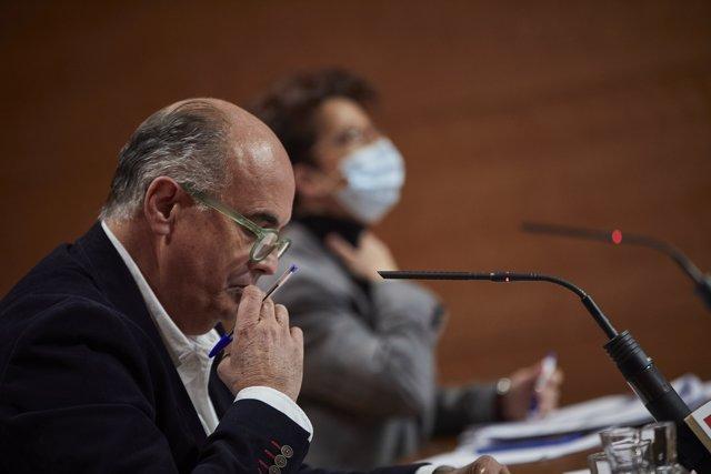 El consejero de Sanidad de la Comunidad de Madrid, Enrique Ruiz Escudero, interviene en una rueda de prensa convocada ante los medios de comunicación en la Real Casa de Correos